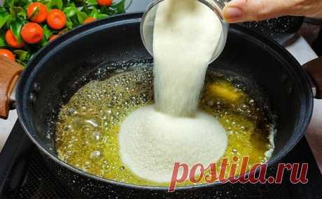 Высыпаем манку на сковороду и жарим в масле. Скучная крупа за 15 минут становится десертом