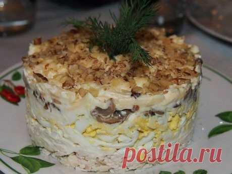 Салат с курицей, грибами и грецким орехом.