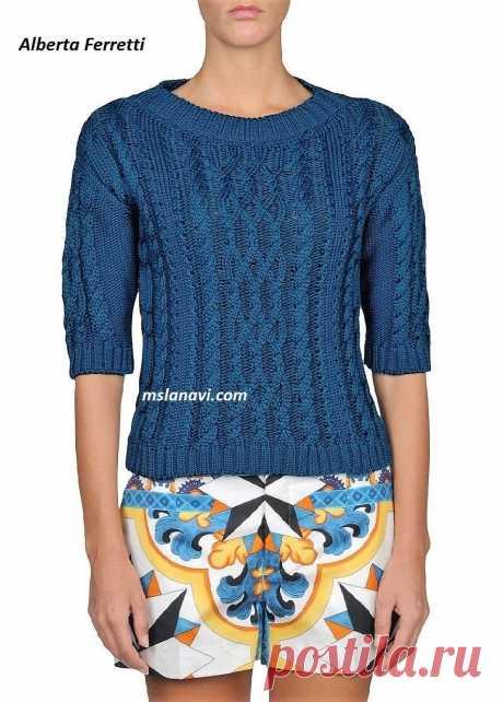 Вязаный пуловер спицами от Alberta Ferretti - Вяжем с Лана Ви Вязаный пуловер спицами от Alberta Ferretti— очень классическая модель летнего пуловера из каталога интернет-магазина.Центральный аран стал уже довольно популярным, а вот дополнительные жгуты с лицевыми дорожкамиоригинально украшаютузорный ряд. Рукава имеют обычную пройму.На мой взгляд, «спущенное плечо»это несоответствие размера. Широкая круглая горловина, связанная резинкой 2 лицевые петли к 2-м изнаночн...