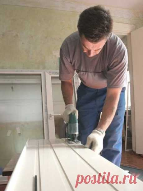 Installation of a plastic window sill the hands
