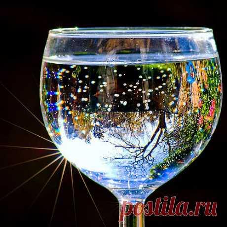 Правильное время, чтобы пить воду. Советы кардиолога.   Питьевая вода в определенное время максимизирует эффективность тела:   ✔ 2 стакана воды после пробуждения - способствует активизации внутренних органов   ✔ 1 стакан воды за 30 минут до еды - способствует пищеварению   ✔ 1 стакан воды, прежде чем принимать ванну - помогает снизить артериальное давление   ✔ 1 стакан воды перед сном - позволяет избежать инсульта или сердечного приступа