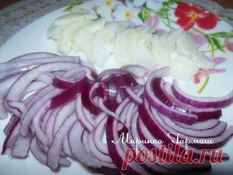 Маринованный лук  Это очень вкусный маринованный лук,подходит к салатам(винегрет,квашенная капуста и.т.д),шашлыку,первым блюдам,грибам.Имеет кисло-сладкий вкус,и совсем без горечи.  Нам потребуется:  2-3 крупных луковицы(белый и красный лук маринуется отдельно)  1 ст. воды холодной(кипяченной)  4 ст.л уксуса 9%  1 ст.л сахара  1 ч.л соли  Приготовление:  -Лук нарезать колечками или полукольцами.  -Для маринада:смешать сахар+соль+уксус+воду,добавить лук.  -Оставить на 20 ми...