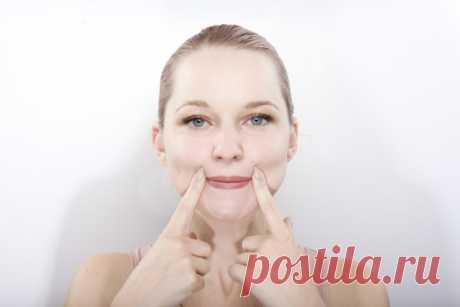 Эта зарядка для лица поможет поднять уголки губ без визита к врачу Опущенные уголки рта кардинально меняют выражение лица, придают ему угрюмый недовольный вид даже тогда, когда вы жизнерадостны и счастливы. Это отталкивает. Но к счастью, с этим можно и нужно бороться.