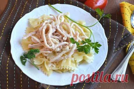 Кальмары в соусе  Ингредиенты:  2 тушки кальмара (у меня замороженные, консервы не люблю) 2 дольки чеснока 1 головка репчатого лука 150 г 10% сливок замороженный горошек стручковая фасоль 1 ч.л. оливкового масла соль, перец, приправы по вкусу, зелень  Приготовление:  На сковороде на оливковом масле обжариваем чеснок, добавляем лук и на медленном огне тушим до золотистого цвета. Добавляем предварительно очищенный и порезанный полукольцами кальмар, тушим 1-2 минуты...
