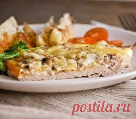 Мясо по-купечески (с грибами) ИНГРЕДИЕНТЫ -Свинина (карбонат) — 4 кусочка, -грибы замороженные развесные — 150-200 гр, -помидорка — 1 шт, -сыр — 200-250 гр, -майонез, -соль, -специи — по вкусу. ПРИГОТОВЛЕНИЕ 1. Нарезанное кусочками мясо отбиваем через пленку и выкладываем на смазанный маслом противень. Добавляем соль и специи 2. Снимаем с помидорки шкурку (пропарив ее, можно в пароварке-минут 3-5), […]