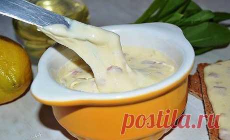 Попробуйте сделать для своих деток плавленный сыр сами! Не пожалеете! Обязательно понравится и детям и взрослым!  Этот плавленый сыр делать очень легко. Да и время занимает немного. Сыр получается похожим на знаменитый «Янтарь», только намного вкуснее и полезнее!  Для приготовления сыра потребуется:  - 0,5 килограмма жирного творога; - одно яйцо; - 100 грамм масла сливочного; - половина чайной ложки соды; - чайная ложка соли.  Приготовление:  Добавить в творог яйцо, масло,...