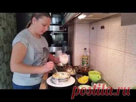 """Самый вкусный салат """"Люби меня"""".  на 4 - 6 порции: картофель 1-2 шт. куриный окорочок 300 гр. шампиньоны 150-200 гр. лук 1 шт. морковь 2 шт. маринованные огурцы 2-3 шт. кукуруза 4-5 ложек яйца 3 шт. майонез, зелень ,петрушка, укроп, растительное масло, соль и перец  Приятного аппетита!"""