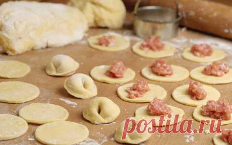 Вкуснейшее универсальное заварное тесто для вареников, пельменей и чебуреков Тесто получается эластичным, с ним приятно работать.