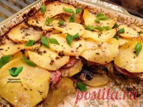 Картофельная запеканка с колбасой и баклажанами.    Иногда случается, что нужно приготовить ужин быстро из того, что дома есть. Просто нет времени на магазин. Тогда вам в помощь придёт картофельная запеканка с колбасой и баклажанами. Готовится просто, но довольно калорийная. Если иметь ввиду приготовление картофеля, то очень похоже на французский гратен. Только здесь ещё баклажаны и колбаса.