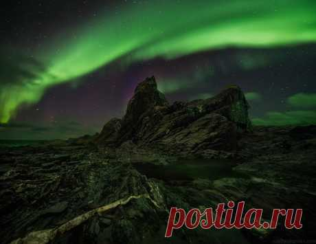 Сияющая ночь на полуострове Рыбачий, Мурманская область. Фотограф – Василий Яковлев. Красочных снов.