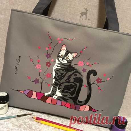 Кошка в серо-розовых тонах: новый макет #сумкаскошкой #сераясумка #сумкасросписью #кошкаисакура #сумкимосква #сумкищелковская #сумкигольянов #сумкиназаказ #сумкисрисунком #сумкасцветами #красиваясумка #моднаясумка