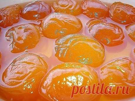 ЗАКРЫВАЕМ АБРИКОСЫ- 10 РЕЦЕПТОВ!  1. Абрикосовое варенье – такое нежное, такое солнечное и такое вкусное! В этом рецепте вы узнаете как приготовить прозрачное варенье из абрикосов.  Необходимые ингредиенты:      абрикосы;     сахарный песок.  Приготовление:  1. Абрикосы моем и поделив на половинки выкладываем на дно кастрюли, в которой и будет оно вариться. 2. Засыпаем ровным слоем сахара.И так слой за слоем. 3. Раскалываем косточки и достаем орехи. Бросаем их туда же в ка...