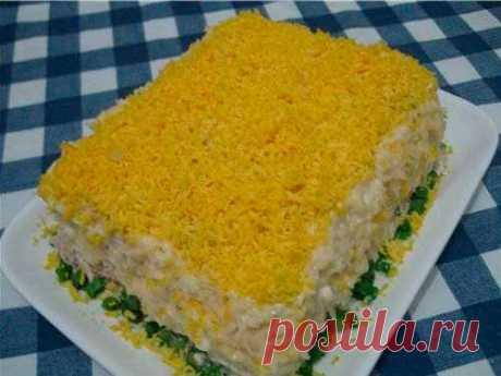 Рыбный торт-салат  Ингредиенты: - 2 пачки несладких круглых крекеров - 1 баночка любых рыбных консервов (горбуша, тунец, сайра в масле, можно крабовые палочки) - 4-5 яиц - 300 г майонеза - 1-2 зубчика чеснока - зеленый лук - около 100 г сыра — по вкусу  Приготовление: 1. Выложить на тарелку слой крекеров, сверху натертые на терке и смешанные с майонезом яичные белки (желтки оставить для украшения). 2. Опять слой крекеров (чтобы между ними было как можно меньше просветов), ...