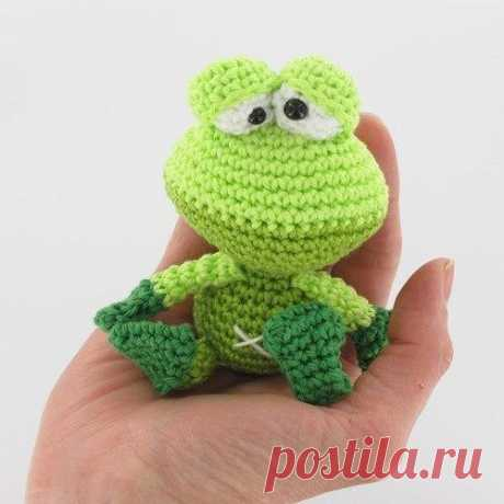 Young frog hook\u000d\u000aThe original scheme of knitting of a young frog was thought up by the Dutch skilled worker of Christel Krukkert. The little frog of an amiguruma of juicy green shades will surely please your kid, it has such kind eyes and a lovely attractive face.\u000d\u000aFor the small child it is possible to connect several such young frogs, and then to collect from them a mobile which can be hung up over a bed. Very detailed translation of the scheme of knitting was made by Marina Treskina (Igmary). Thanks to it knitting not pokazh...