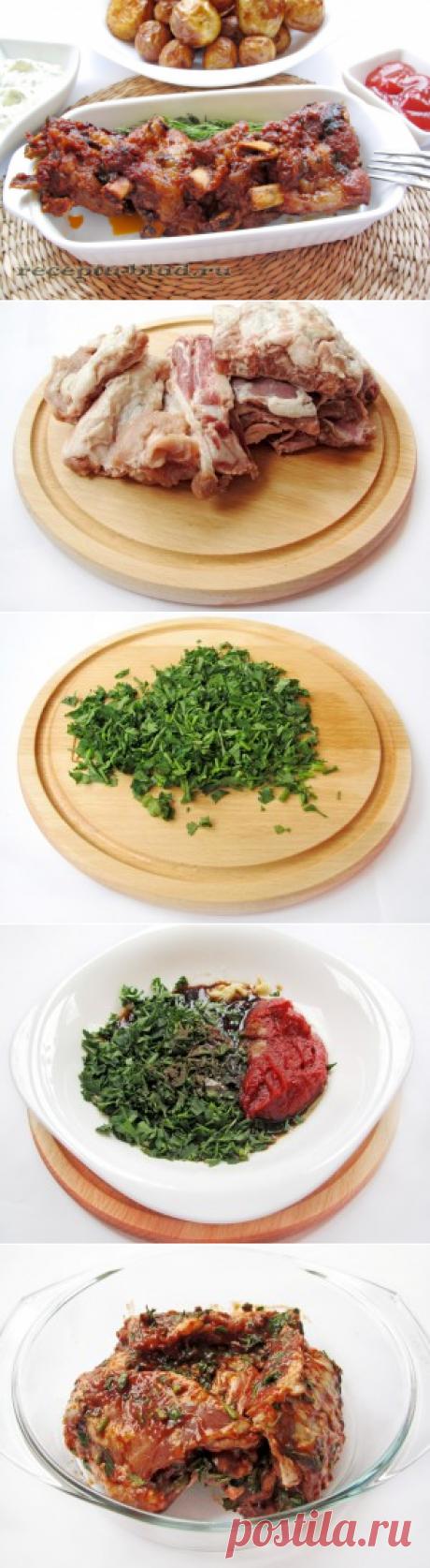 Los bordes de cerdo cocidos en la salsa tomatno-de soja