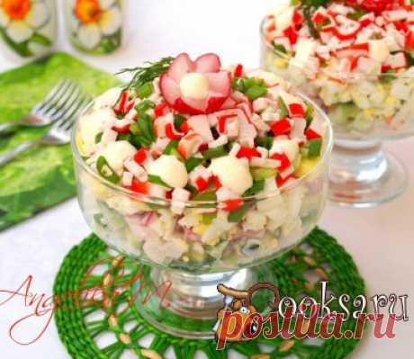 Слоёный салат с крабовыми палочками, рисом и редисом #салат #кулинария #праздник #новыйгод #вкусно #рецепты Хочу предложить вам вкусный и сытный слоёный салат. Сытный он за счёт риса и яиц, а свежесть ему придают свежие огурцы и редис. Такой замечательный салат можно подать просто на завтрак или ужин, а также и для праздничного стола. Крабовые палочки — 100 г; Редис — 100 г; Яйца — 2 шт; Рис — 50 г; Морковь — 1 шт; Огурец — 1 шт; Лук зелёный — 2 шт; Соль, майонез (по вкусу) ;