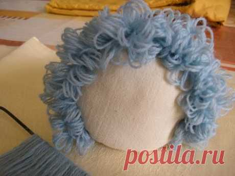 How to make doll's curly hair using a Hairpin Loom    Making and attaching doll's hair has always been a difficult task for me . Lately I have been browsing the web for ideas on dolls' hair....