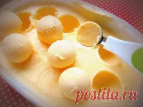 Невероятно простой рецепт мандаринового мороженого. Ингредиенты: Мандарины - 8 шт. (250 г) Сметана с жирностью 20 % - 400 г Сгущенное молоко - 1 банка  Приготовление: 1. Очисти сладкие мандарины, раздели их на дольки и измельчи в блендере в течение 2 минут. 2. Обязательно протри мандариновое пюре через сито. Это делается, чтобы избавиться от кожицы. 3. Смешай в блендере сметану, сгущенное молоко и мандариновый сок-пюре. Приблизительное время — 2–3 минуты. 4. Масса для моро...