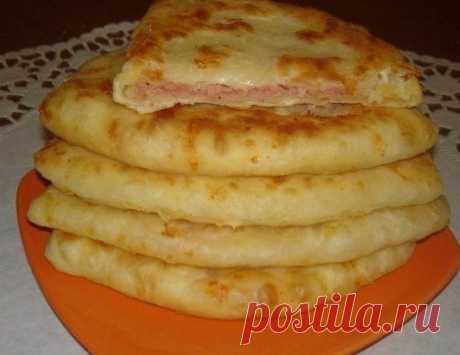 Сырные лепешки за 15 минут Получаются очень сочные и хрустящие :) Ингредиенты: Кефир — 1 стак. Соль — 0,5 ч. л. Сахар — 0,5 ч. л. Сода — 0,5 ч. л. Сыр твердый (тертый) — 1 стак. Ветчина (или колбаска, или сосиски, тертые на терке) — 1 стак. Мука — 2 стак. Приготовление: 1. В кефир добавить соль, сахар, соду, хорошо перемешать. 2. Добавить сыр твердых сортов и муку.Хорошо перемешать. 3. Полученное тесто разделить на колобки, раскатать небольшую лепешку (можно пожарить так),...