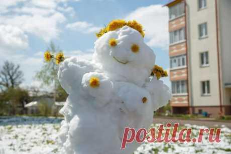 Майская снежная баба в венке из одуванчиков... Теперь вы видели все))))