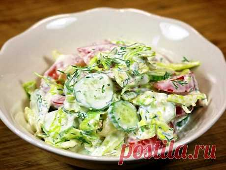 Легкий салат из помидоров и огурцов с оригинальной заправкой