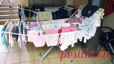 Вот почему нельзя сушить одежду в комнате