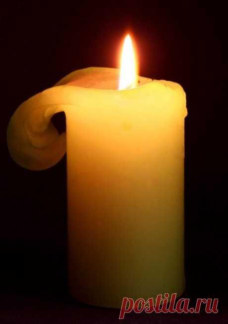 Диагностика по пламени свечи...  1. Если в жизни человека все в порядке, поставленная им свеча горит ровным высоким пламенем, не образуя никаких наплывов. 2. Как только возникают какие-то душевные неполадки, свеча начинает «плакать»…