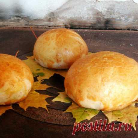 Домашний хлеб на кленовых листьях
