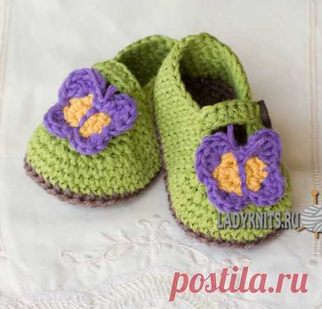 """Knitted bootee hook of \""""Butterfly in garden\"""""""