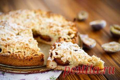 Тертый сливовый пирог с корицей и безе