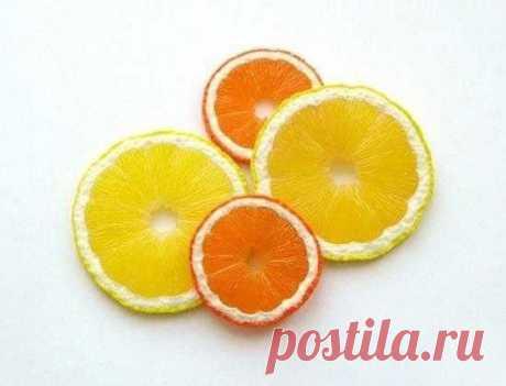 Дольки цитрусовых из полимерной глины Дольки цитрусовых из полимерной глиныДольки цитрусовых из полимерной глины это отличный и сочный декор для кухни.