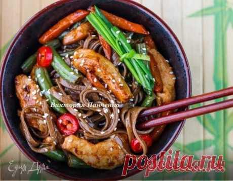 Гречневая лапша с овощами и индейкой. Ингредиенты: гречневая лапша соба, индейка филе, морковь