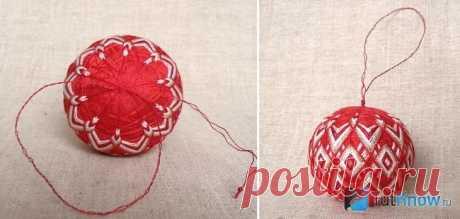 Темари или искусство вышивки на шарах: красные ромбы и треугольники
