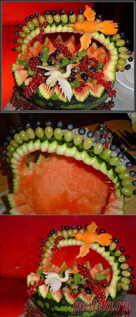Корзина из арбуза с фруктами