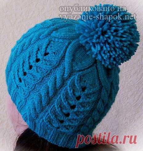 Вяжем теплую зимнюю шапку с ажурным узором и помпоном спицами   Вязание Шапок - Модные и Новые Модели
