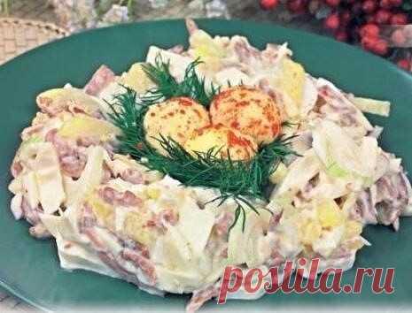 10 РЕЦЕПТОВ САЛАТОВ КАК В РЕСТОРАНЕ  Немецкий салат   – ветчина – 100 г   – свежие огурцы – 2 шт.   – яйца – 2 шт.   – сыр – 100 г   – майонез – 150 мл     Ветчину, огурцы и сыр нарежьте соломкой.   Яйца сварите и измельчите.   Все перемешайте и заправьте майонезом.  Салат по-строгановски   – говядина (постная, вареная, охлажденная) – 400 г   – маринованные грибы – 250 г   – зеленый лук – 6 перьев   – перец сладкий красный – 1 шт.   – Для кислой сметанн...