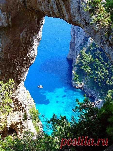 Отдаленный, а от того ведущий тихую и размеренную жизнь остров в Тирренском море. Невероятно причудливая береговая линия изрезана гротами, арками и бухточками. Несколько прекрасных пляжей очень живописны и при этом довольно пустынны. Остров Понза, Италия