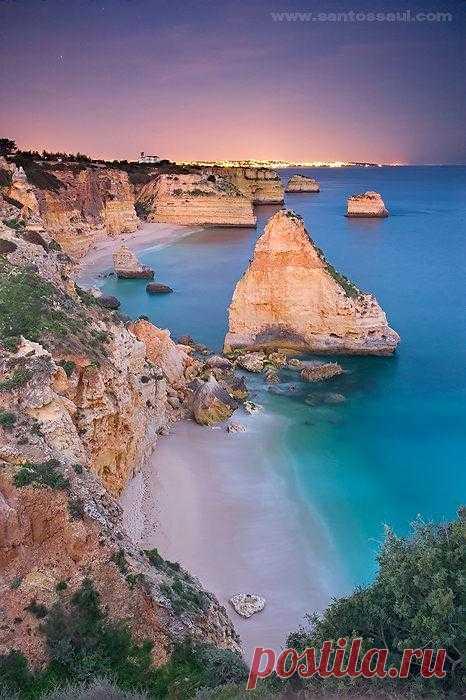 На побережье Алгарве, протянувшееся на целых  200 км находится пляж Маринья - одно из самых уединенных мест.  Чтобы добраться до пляжа, нужно преодолеть довольно крутой спуск по ступенькам. Португалия