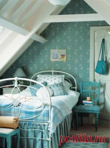 Такая разная мансарда -- подборка уютных интерьеров комнат под крышей   Мансарды можно использовать как спальни, детские комнаты, ванны. Идеальным решением будут комнаты, где проводится меньше всего активного времени. Их низкий потолок под скосом крыши создает очень уют…