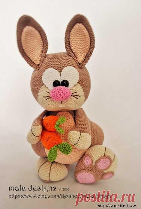 Игрушка Кролик вязаный крючком — милое создание Эта симпатичная игрушка кролик вяжется крючком. Инструкция по вязанию переведена на русский язык Анастасией Макеевой, авторский кролик от Мала Дизайн, с Этси.…