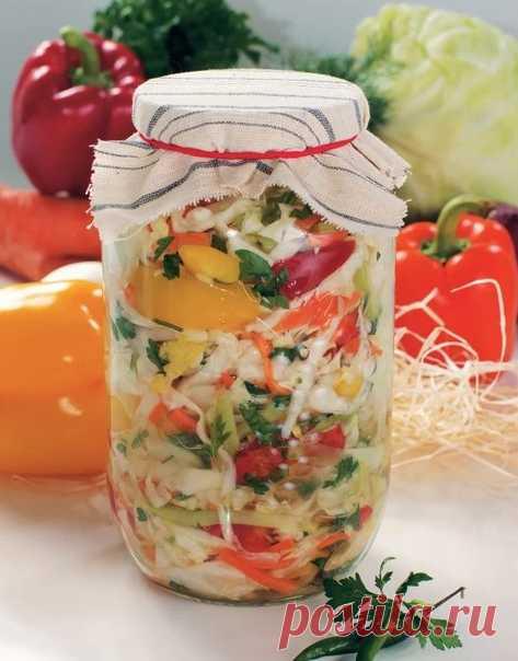 Наивкуснейшая капустка  Делаю эту капустку не первый год. Все кто угощался просят рецепт. Попробуйте не пожалеете. Ингредиенты: Капуста белокочанная / Капустa — 3 кг Лук репчатый — 500 г Морковь — 500 г Перец болгарский — 500 г Сахар — 175 г Соль ((ложки полные с горкой)) — 2 ст. л. Масло растительное — 250 мл Уксус (9%) — 250 мл  Рецепт «Наивкуснейшая капустка»: Готовим все ингредиенты. Лук режем полукольцами. Морковь шинкует на крупной терке (можно тереть как для корейск...