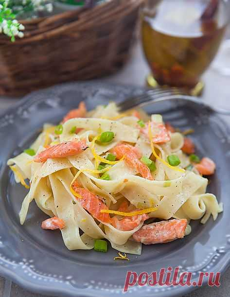Тальятелли с копчёным лососем. Тальятелле – типичная паста Болоньи, можно сказать «лицо города», именно ее, а не спагетти, как многие ошибочно полагают, подают с соусом болоньезе.