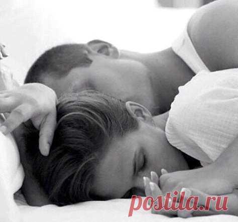 Любовь - это когда просыпаешься среди ночи, говоришь еще сквозь свой сон, что любишь его, думая, что он спит, а он тебе так же во сне отвечает: и я тебя больше жизни!