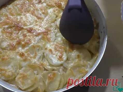 Заливаем картошку кефиром и ставим в духовку. Результат ПРОСТО Потрясающий! Еще один любимый рецепт картошки в духовке! Очень нежная, со сливочным вкусом и сырным ароматом! Готовится просто, но есть один секрет. Ингредиенты: • 1 кг картофель • 500 мл кефир • 1 шт лук • 3 зуб чеснок • 150-200 гр сыр • соль, приправа для картофеля • растительное масло для жарки Приготовление: 1. Я все подготовил, кефир у меня 1%. И сразу открою небольшой секрет, если кефир сильно кислый, раз...