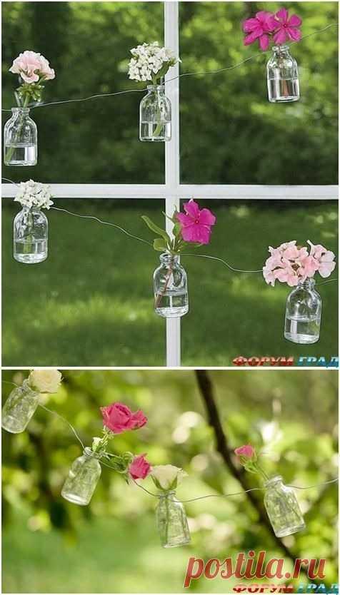 Встречайте весну с цветами. Такую легкую и яркую идею гирлянды легко воплотить: проволока, баночки и цветы.