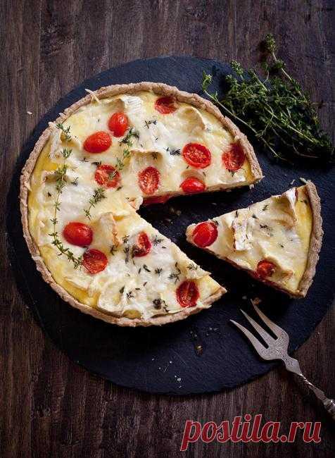 Тарт с овечьим сыром, сыром бри и помидорами.