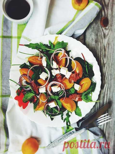 Абрикосовый салат с фетой, беконом и чудо-заправкой!