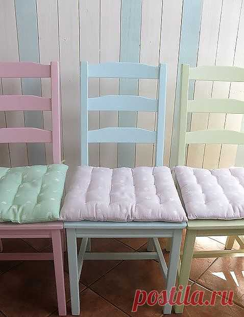 Идея со стульями и сидушками для дачного кухонного интерьера. Все стулья окрашены в разный цвет самых нежных пастельных тонов акриловыми красками. И сидушки тоже сшиты из разной ткани, под цвет стульев, но только лежат они не на своих местах :)