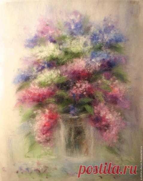 Нежная картина с цветами в технике шерстяной акварели