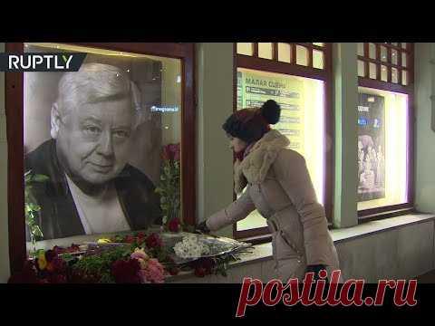 Los moscovitas llevan las flores al retrato de Tabakov en MHT del nombre de Chéjov